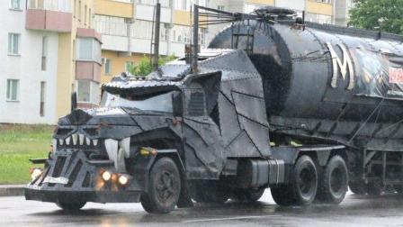 这是辆啥车? 还要摩托车开路护送! 网友: 怕不是海盗车?