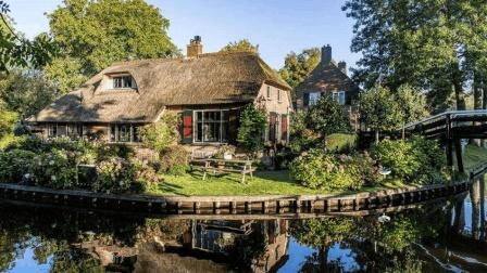 荷兰700年都没有公路的小镇, 村民天天坐船出行, 太奇葩了