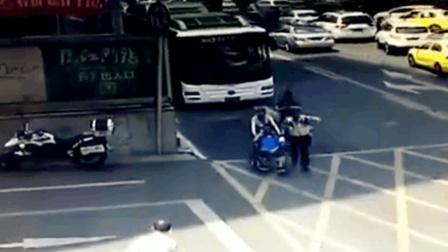 男生坐轮椅高考快迟到 3民警合力推行入考场