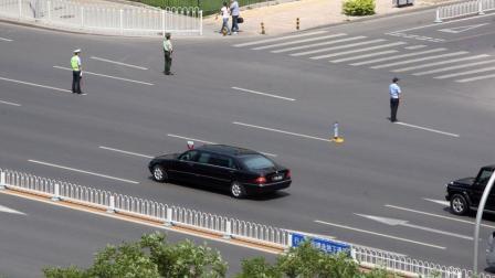 实拍街头偶遇普京豪华车队 强大阵容引市民围观