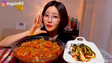 韩国美女吃播多萝西香肠拌宽粉, 看起来辣得不行, 咀嚼声~