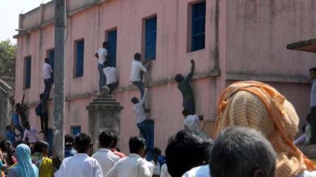 """印度家长爬楼送答案, 如同""""蚂蚁上树"""", 监考老师却视而不见"""
