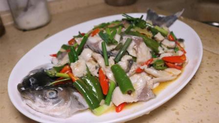 这是重庆夏天比较流行的一种吃法, 鲜香浓郁麻辣爽滑, 非常受欢迎