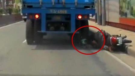 实拍: 骑摩托男子遭货车碾头 带头盔毫发无损