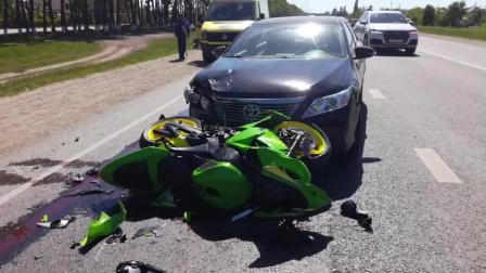 两名行人横穿马路, 骑士与摄像车遭殃了。