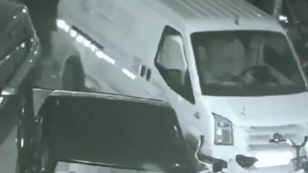 司机车上熟睡, 误碰手刹溜车撞店铺被处罚。