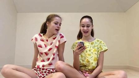两个萌妹子在家尝试双人瑜伽(好怕她们受伤啊)!