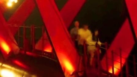 7大学生寻刺激 爬30米桥顶看夜景被困