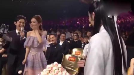 """颁奖礼""""尊上""""惊现, 众明星为赵丽颖庆生, 不吃蛋糕改吃寿包!"""
