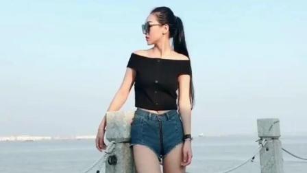 长腿美女短裤美女海边自拍, 有没有撩到你