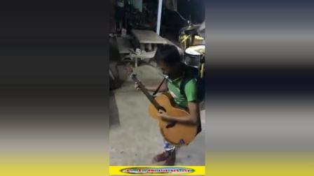 高手在民间! 抱上吉他, 背上架子鼓, 一个人就是一个乐队
