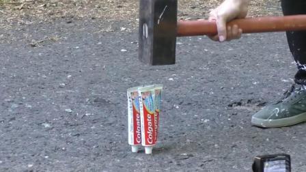 当牙膏遇到锤子敲击会怎样? 看到它的惨状你就知道, 太厉害了!