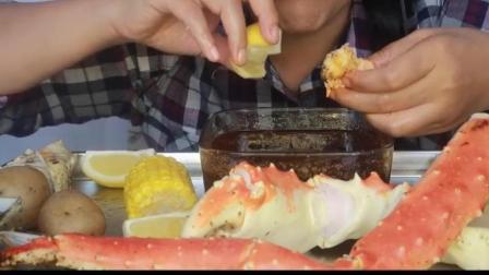 国外女吃货, 吃帝王蟹腿, 蘸着酱汁吃, 吃的太香了