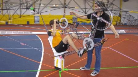 大学生造100英尺直升机, 起飞全靠脚蹬, 网友: 自行机?