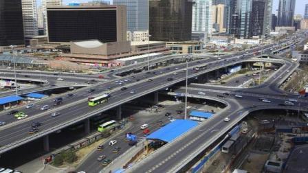 """我国民间""""高手""""设计新型交通桥, 占用空间小, 通行效率极高"""