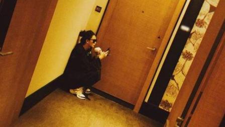 戚薇没带房卡蹲酒店房间门外遭调侃, 没想到蔡徐坤第一个评论抢占沙发
