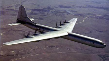 """世界最牛轰炸机, 堪称""""航空母机""""共10台发动机, 并挂载两架战斗机!"""