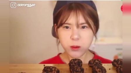 韩国吃播顺顺妹, 吃超多的猪肉巧克力饼干, 这吃法真新鲜
