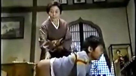 日本小男孩被奶奶用竹板痛打光屁屁