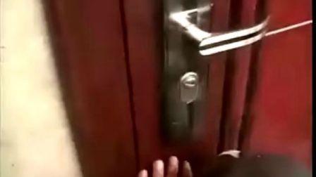 盗贼一分钟能轻易无痕迹地开启防盗门,看了准让你吓一跳