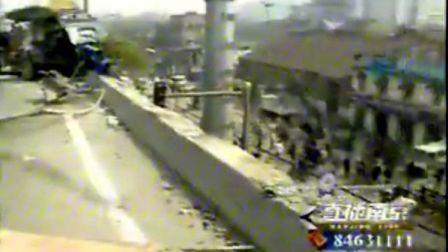 卡车冲下高架,警方全力救人