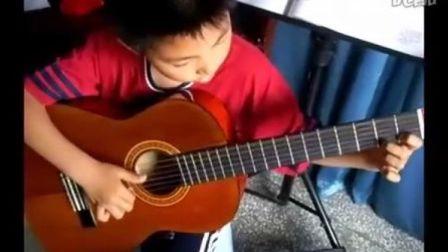 2年级的小学生弹古典练习曲《小行板》