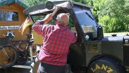 铁杆球迷! 70岁德国人自驾拖拉机去看世界杯
