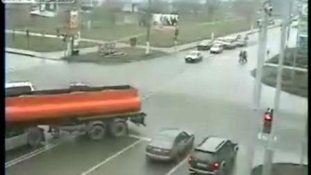 为了时间闯红灯发生车祸