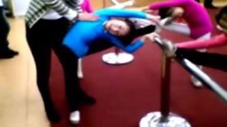 她的未来不是梦(记录一个小女孩的成长历程)压腿训练 纯生活记录