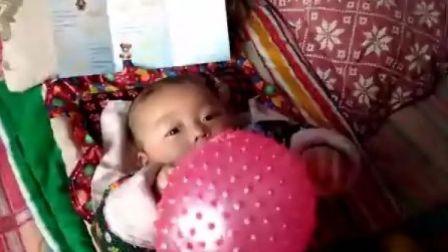 不到5个月的孩子能单手拿大气球
