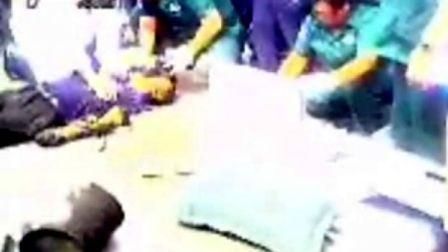 实拍吉林省桦甸市两名下水工人沼气中毒抢救现场