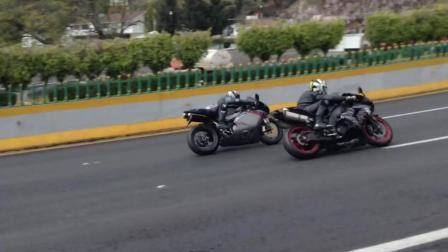 大排量摩托在高速公路上过弯速度好快