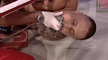 肌肉男打出史上最猛一拳, 对手被KO的眼睛都直了!