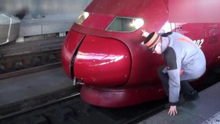这个国家的高铁列车整流罩打不开, 连接员直接用脚踢, 可以吗?