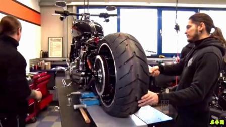 看哈雷摩托车换个轮胎有多麻烦, 技术员就是牛掰!