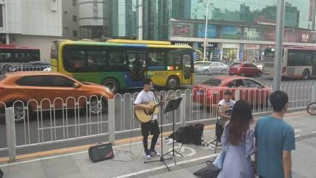 天津街头歌手翻唱《纸短情长》, 可惜没人愿意驻足聆听!