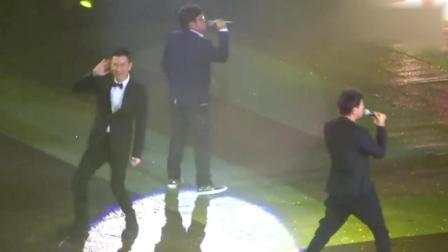 谭咏麟李克勤台上演唱《我恨我痴心》不料后台刘德华出现, 场面无法控制!