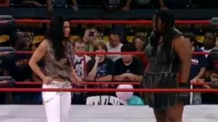 TNA女金刚有多难对付? 4名女选手打她1个人, 还要用椅子砸