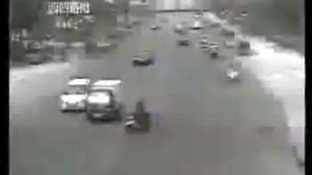十字路口拍下的车祸