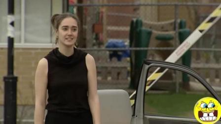 停车场入口恶作剧, 网友: 就喜欢看美女和时间赛跑的样子!