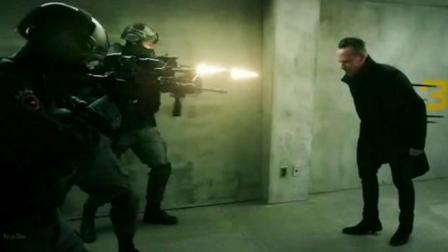 男子拥有超能力, 子弹打中都没事, 还把特警全部干掉