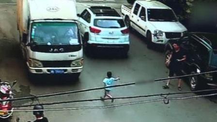 男童自行开门下车 飞奔横穿马路遭货车碾压
