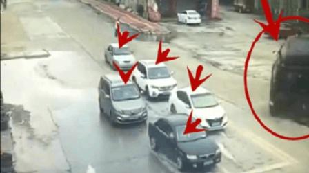 5辆小车正在等红灯, 突然祸从天降, 想跑已经来不及了