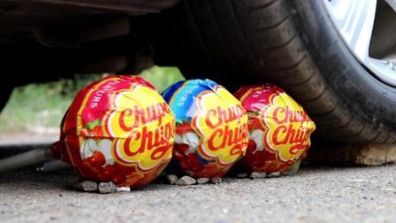 把3个大号棒棒糖放到车轮下, 你猜它会变成什么样? 一起来看看吧!