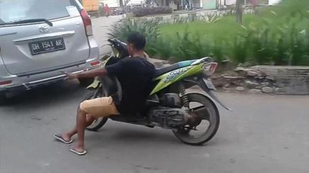 小伙作死骑摩托车玩特技, 转弯的时候瞬间尴尬了