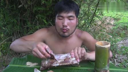 荒野生存胡须哥, 挑战巨大的牛肋骨, 看的口水直流