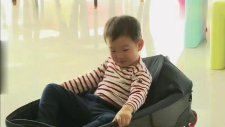 宋阿爸收拾东西, 结果民国来了个葛优瘫躺进行李箱, 让阿爸哭笑不得!