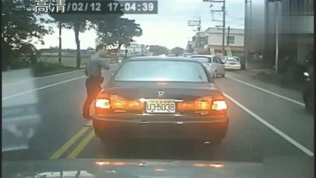 大白天两男子碰瓷, 没想到车主是狠角色