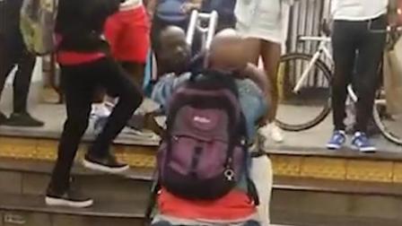 两男子深夜地铁打架 一人咬掉对方一片嘴唇