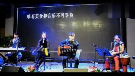 乐队演唱黄家驹经典《海阔天空》旁边的老大爷最抢眼!